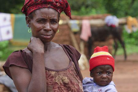 País Senoufo, Burkina Faso - agosto 13,2009: mujer Senoufo cuidado de su hijo, la tasa de mortalidad infantil en 2007 es de 8,5%.