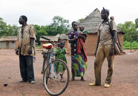 famille africaine: Pays Senoufo, au Burkina Faso - ao�t 13,2009 : famille de Senoufo ethnique, la Communaut� Senoufo vivant dans les villages o� ce qui importe est la common bien.  �ditoriale