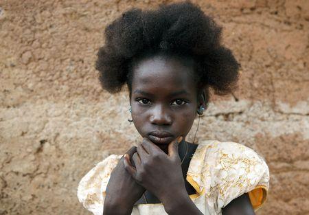 País Senoufo, Burkina Faso - agosto 13,2009: Girl Senoufo, Senoufo las niñas tienen formas muy diferentes de peinado.