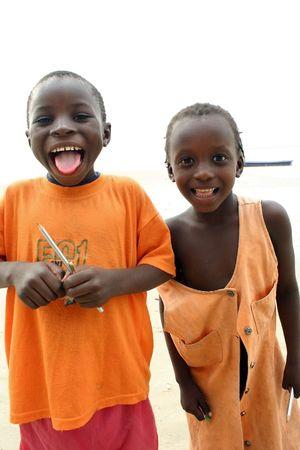 would: Carabane, Casamance, Senegal - febbraio 2007: Diola etnici bambini, bambini accettano con gioia la consegna di materiale scolastico, senza che le donazioni non avrebbe alcuna possibilit� di studiare.