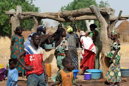 drought: Wassadou, Senegal - febrero 13,2007: todas las personas que trabajan en la extracci�n de agua del pozo en el pueblo �tnico Peul. Editorial