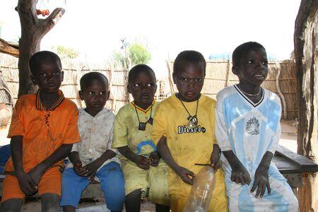 Wassadou, Senegal - febrero 12,2007: los niños sentados Peul, los Peul son personas del mundo más grande nómadas, viven en África occidental.