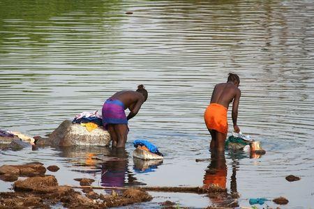 Pa�s Bassari, Senegal - febrero 14,2007: viene de las mujeres africanas para lavar en el r�o, las aldeas no tienen agua corriente. Foto de archivo - 6888616
