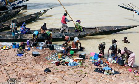 El 16 de agosto: Escena de limpieza en el río Níger, la población con menos recursos, utilizando la orilla del río para la higiene personal y limpieza, 16 de agosto de 2009 en Mopti, Malí