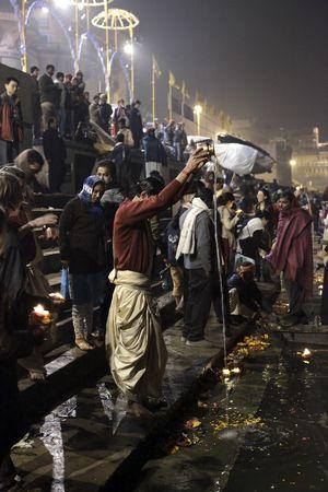 VARANASI - 1 de diciembre: Aarti ceremonia, se celebra cada noche en los ghats de la ceremonia de río Ganges humo purifica el alma, el 31 de diciembre de 2009 en Varanasi, India Foto de archivo - 6890131
