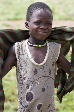 UGANDA - el 10 de agosto: Niños de la etnia Karamojong, vivo en el noreste de Uganda, está en el proceso de desarme, el 10 de agosto de 2010 en Karamoja, Uganda