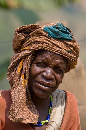 UGANDA - el 22 de agosto: Pigmeo mujeres de minorías étnicas, los pigmeos de Uganda viven en aldeas que prácticamente se celebró en el distrito de Kabale, el 22 de agosto de 2010 en Kabale, Uganda