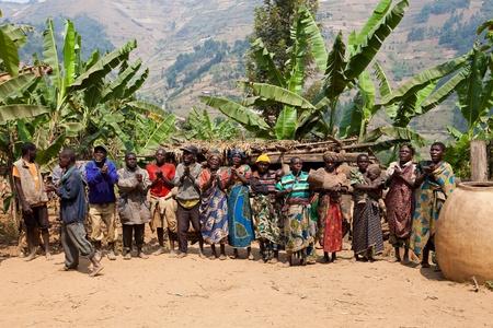poblacion: UGANDA - el 22 de agosto: Pigmeo de danza �tnica, los pigmeos de Uganda viven en aldeas que pr�cticamente se celebr� en el distrito de Kabale, el 22 de agosto de 2010 en Kabale, Uganda Editorial