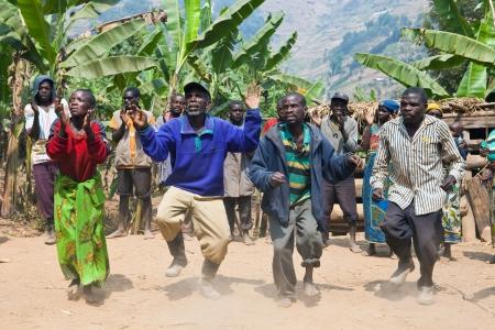 the tribe: UGANDA - el 22 de agosto: Pigmeo de danza �tnica, los pigmeos de Uganda viven en aldeas que pr�cticamente se celebr� en el distrito de Kabale, el 22 de agosto de 2010 en Kabale, Uganda Editorial