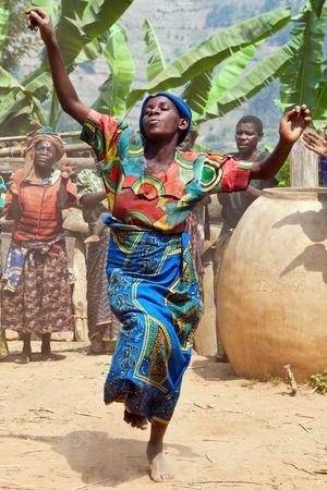 rituales: UGANDA - el 22 de agosto: Mujeres pigmeo de danza �tnica, los pigmeos de Uganda viven en aldeas que pr�cticamente se celebr� en el distrito de Kabale, el 22 de agosto de 2010 en Kabale, Uganda  Editorial