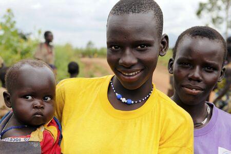 the tribe:  UGANDA - el 12 de agosto: Mujer �tnica Karamojong posa con su beb�, vidas en el noreste de Uganda, est� en el proceso de desarme, el 12 de agosto de 2010 en Karamoja, Uganda