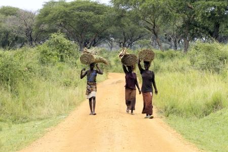 OUGANDA - 14 AOUT: Les Acholi transportant des marchandises, les Acholi ont subi la saisie de plus de 20 000 enfants par la LRA pour devenir des combattants, 14 août 2010 près de Gulu, Ouganda
