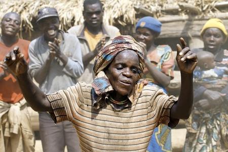 UGANDA - el 22 de agosto: Mujeres pigmeo de danza étnica, los pigmeos de Uganda viven en aldeas que prácticamente se celebró en el distrito de Kabale, el 22 de agosto de 2010 en Kabale, Uganda  Editorial