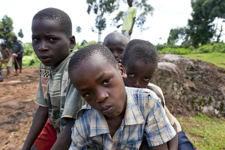 UGANDA-agosto 8: Los niños posando en cambio de algunas monedas para ganarse la vida, el 8 de agosto de 2010, en el distrito de Kapchorwe, Uganda