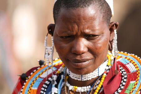 TANZANIA - 18 de agosto: Mujer Masai con sus ornamentos, afeitado mujeres sus cabezas difieren de los hombres sólo por sus adornos, Ngorongoro, Tanzania, 18 de agosto de 2007