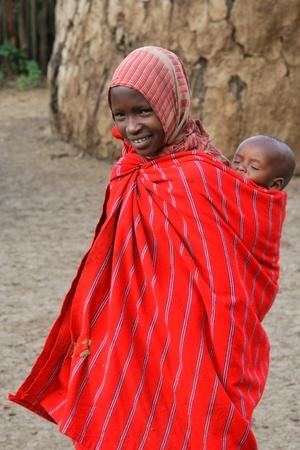 TANZANIA - 17 de agosto: Masai mujer con su hijo, ex guerreros que ahora tienden a ganado, Ngorongoro, Tanzania, 17 de agosto de 2007  Editorial