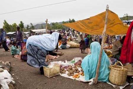 Bati, Etiopía, 1 de agosto, 2011 - bati mercado es uno de los más importantes de Etiopía, reúne una multitud de grupos étnicos, casa oromo y afar.
