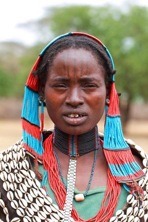 Valle de Omo, etíopes, agosto 10, 2011 - las mujeres de la etnia tsemay, tsemay viven de la ganadería y la agricultura. Editorial