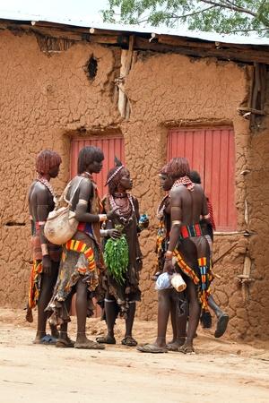turmi, Etiopía, 15 de agosto, 2011 - en el semanal mercado turmi grupos étnicos vienen omo valley, martillo principal, karo y dassanech.