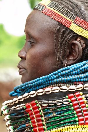Valle de Omo, etíopes, agosto 14, 2011 - las mujeres de la etnia nyangatom, los nyangatom viven principalmente de la agricultura a lo largo del río omo.