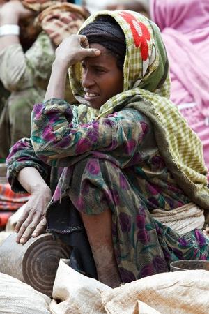 gasena, Etiopía, 2 de agosto, 2011: las mujeres etíopes en el mercado, el mercado semanal de gasena reúne diversos grupos étnicos en el norte para intercambiar o vender sus productos.