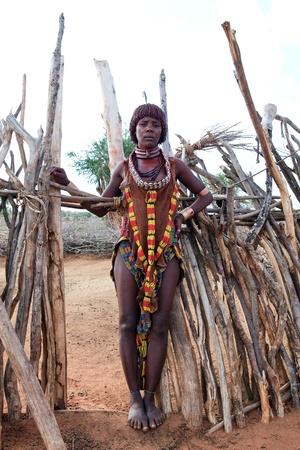Valle del Omo, Etiopía - 15 de agosto de 2011: mujer posando etnia hamer en el pueblo, los grupos étnicos del Valle del Omo podrían desaparecer con la construcción de la presa Gibe III hidroeléctrica.