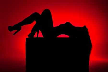 silueta de mujer sobre fondo rojo