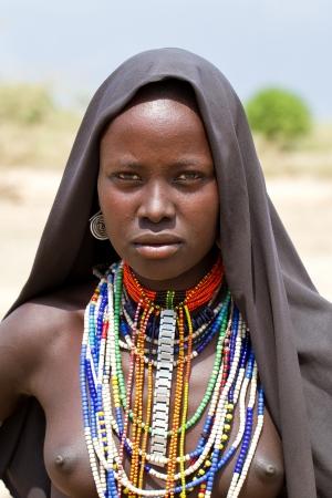 omo walley, Etiopía, 16 de agosto de 2011 - grupo étnico adolescente posando Dassanech, los grupos étnicos del valle del Omo podrían desaparecer con la construcción de la presa Gibe III hidroeléctrica. Editorial