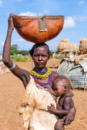 ETIOPÍA - 15 de agosto: Mujer de Erbore étnico con su hijo, los grupos étnicos en el valle del Omo podría desaparecer a causa de la presa Gibe III hidroeléctrica. el 15 de Ago de 2011 en Valle del Omo, Etiopía.