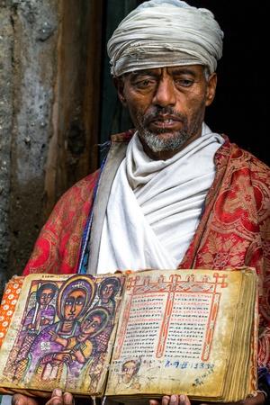 Lalibela, Etiopía - 3 de agosto de 2011: sacerdote Asheten mariam, Lalibela Editorial