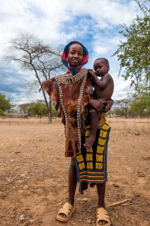 valle del Omo, Etiopía, 10 de agosto de 2011 - mujer de tsemay étnica con su hijo, tsemay son los pastores que habitan la omo inferior.