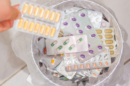 의학은 쓰레기로 덮여 쓰레기통에있다.