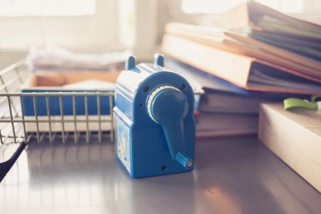 hand crank: Primer plano de un sacapuntas azul