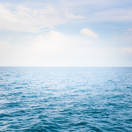 Blue sea with waves and clear blue sky Standard-Bild