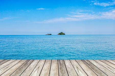 Under the blue sky, wood platform beside the sea  Standard-Bild