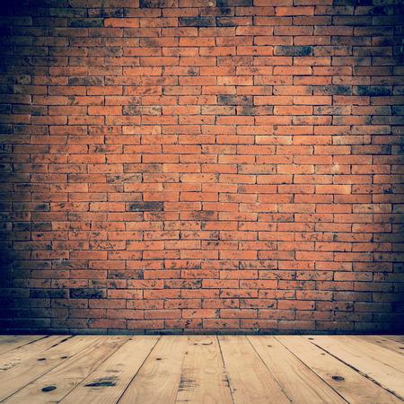 fondo: Interior de la sala vieja y pared de ladrillo con piso de madera, fondo de la vendimia