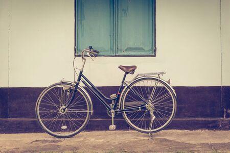 bicicleta retro: bicicleta de la vendimia y fondo de construcción