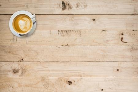 wood table: taza de café en la mesa de madera con el espacio