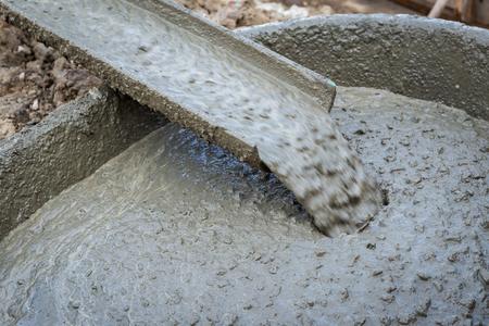 mortero: Verter cemento durante la construcción