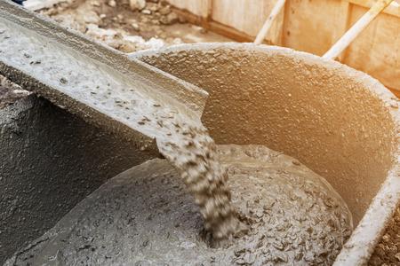 Het gieten van cement tijdens de voor de bouw met met vintage toon.