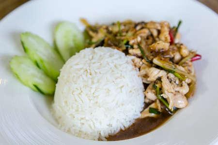 santa cena: La comida tailandesa picante comida tailandesa, pollo frito con albahaca dulce. Foto de archivo