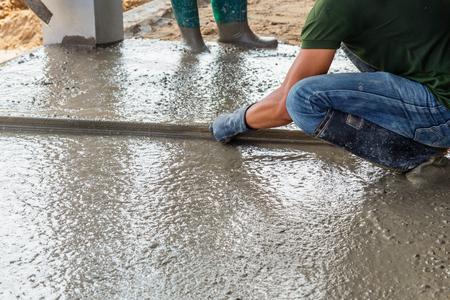 cemento: Hombre albañil construcción de una capa de cemento mortero en el piso Foto de archivo