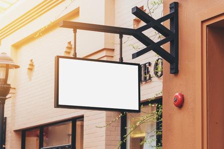 segnaletica vuota nera orizzontale sulla parte anteriore del negozio di abbigliamento con spazio di copia.