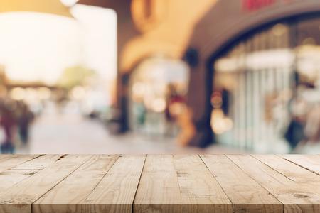 Tavolo in legno vuoto e tono vintage sfocato sfocato di persone in folla al festival di strada a piedi e al centro commerciale.
