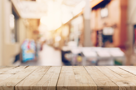 Table en bois vide et ton Vintage flouté défocalisé des gens de la foule dans le festival de la rue piétonne et le centre commercial. Banque d'images