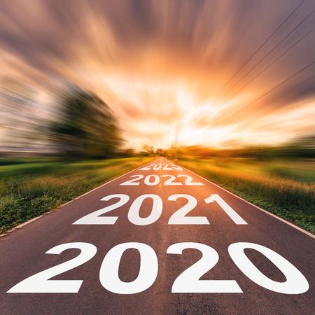 Carretera de asfalto vacía y concepto de año nuevo 2020. Conducir por una carretera vacía hacia los Objetivos 2020. Foto de archivo