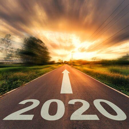 Concetto di nuovo anno: tramonto su strada asfaltata vuota e Capodanno 2020.