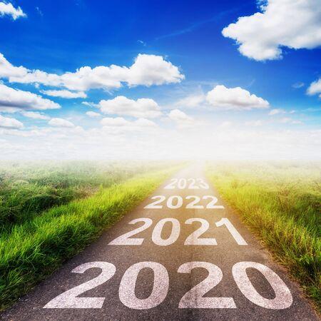 Lege asfaltweg en Nieuwjaar 2020 concept. Rijden op een lege weg naar Goals 2020.