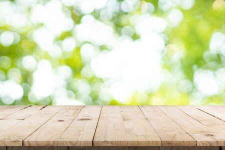 jardin flou abstrait et feuille verte avec fond de comptoir de table en bois pour montrer, promouvoir, concevoir sur le concept d'affichage