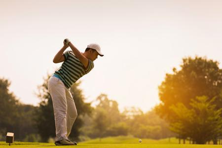 Golfers gaan een golfbal slaan. Op de golfbaan in de zomer Stockfoto